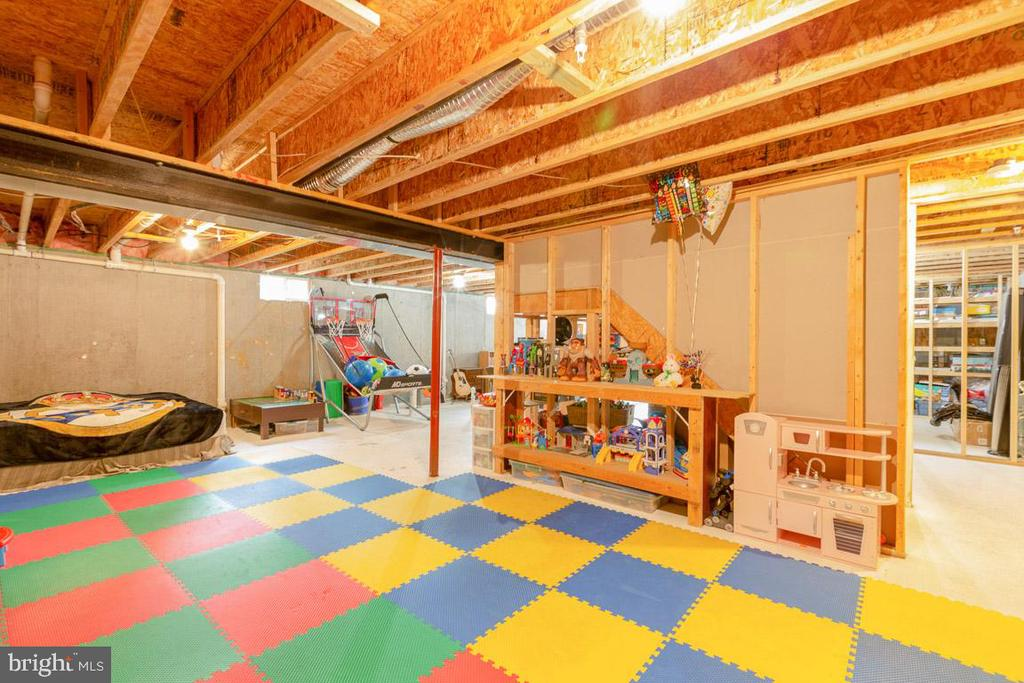 Tons of space for play or work area! - 222 POLARIS DR, WALKERSVILLE
