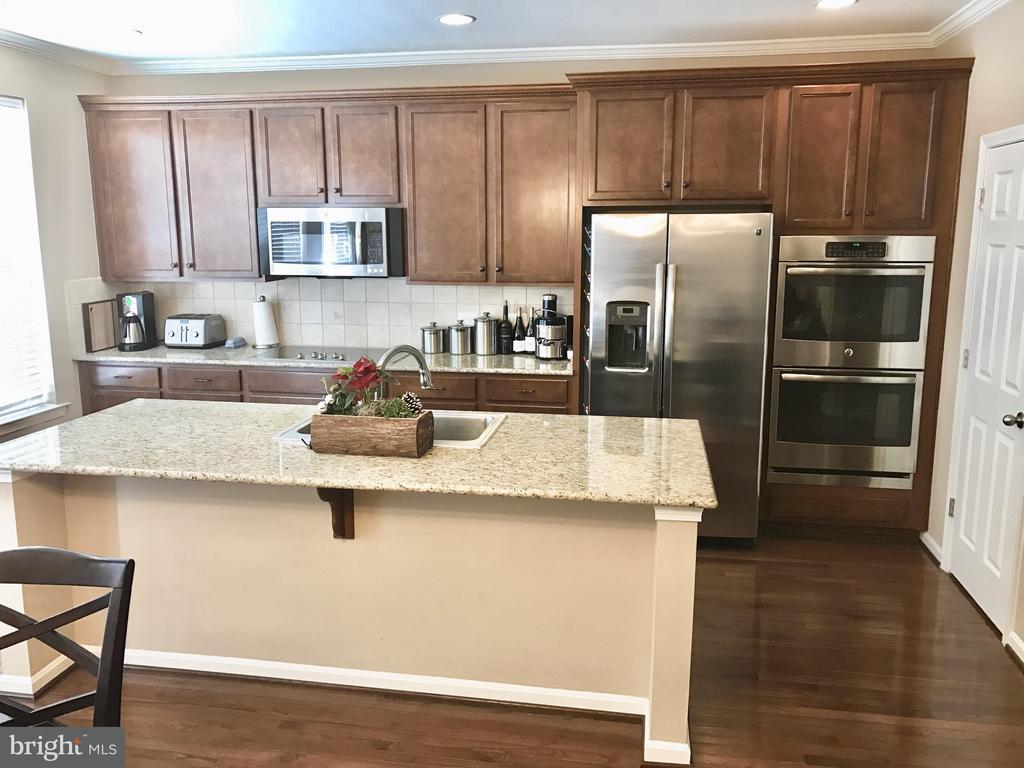 Gourmet Kitchen with Stainless Steel Appliances - 204 APRICOT ST, STAFFORD