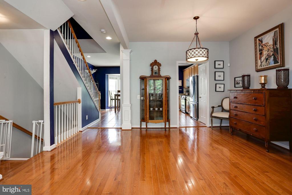 Dining room with gleaming hardwoods - 8902 SINGLELEAF CIR, LORTON