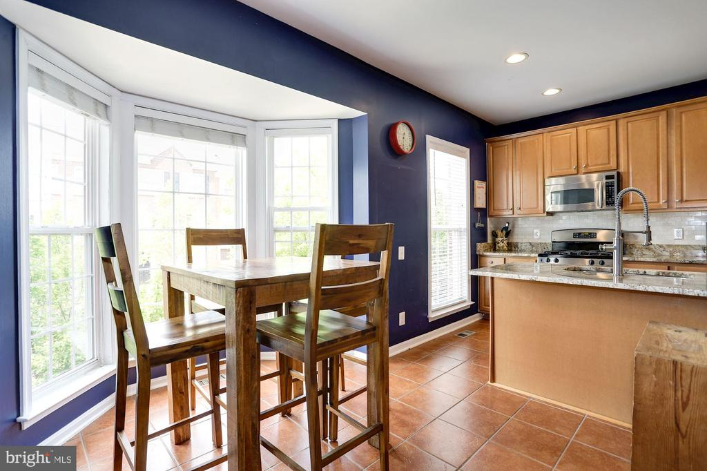 Kitchen with table space & bay window - 8902 SINGLELEAF CIR, LORTON