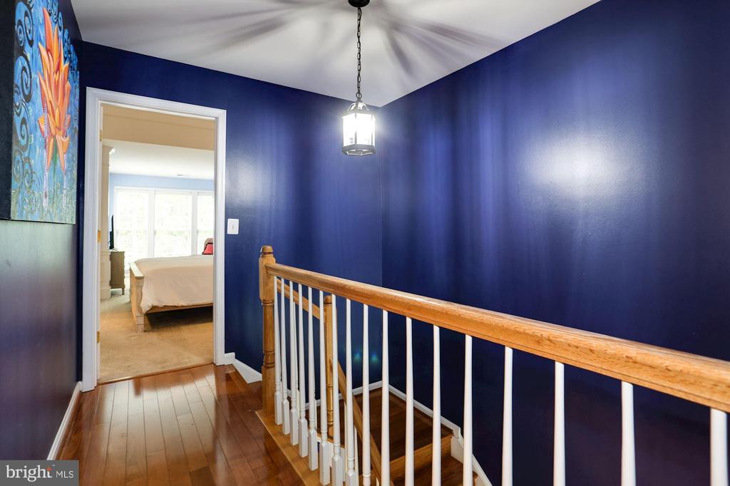 Upper level hallway hardwoods - 8902 SINGLELEAF CIR, LORTON