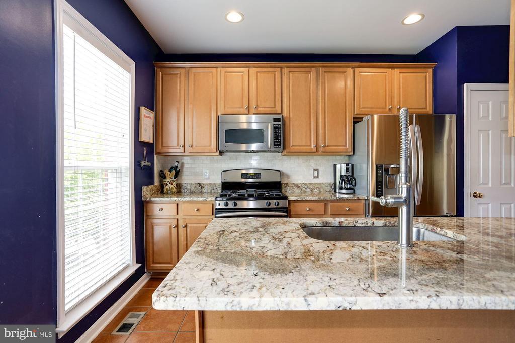 Granite countertops & stainless steel appliances - 8902 SINGLELEAF CIR, LORTON