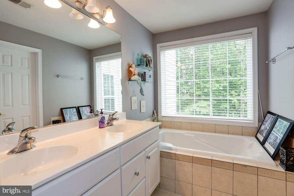 Master bathroom with dual vanities and soaking tub - 8902 SINGLELEAF CIR, LORTON