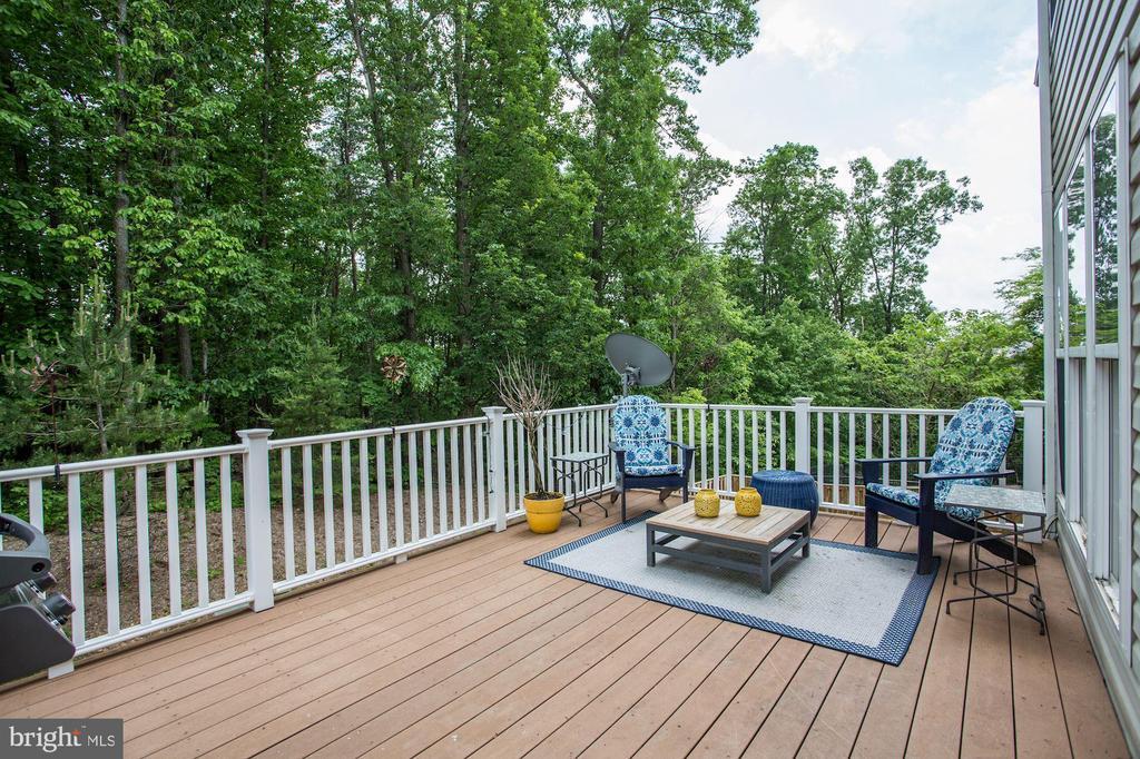 Spacious composite deck backs to trees - 8902 SINGLELEAF CIR, LORTON