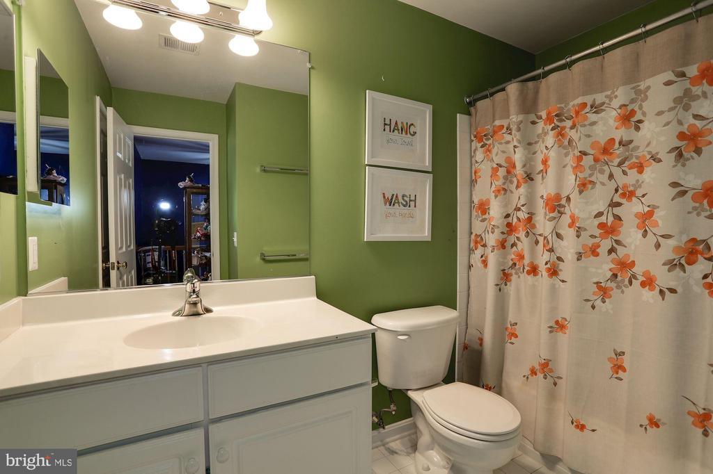 Upstairs hall bathroom - 8902 SINGLELEAF CIR, LORTON