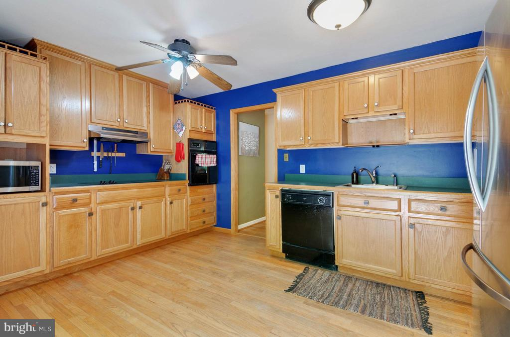 Large kitchen - 15760 OAK LN, HAYMARKET
