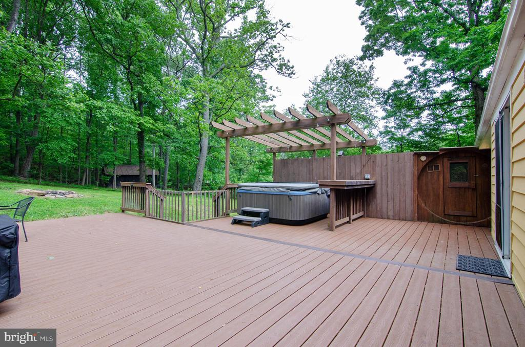 Relax on the large deck with hot tub and sauna - 15760 OAK LN, HAYMARKET