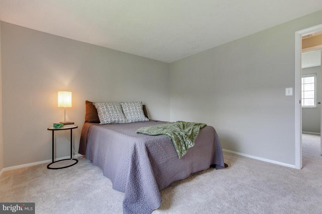 Front bedroom is large and spacious - 9404 WROUGHT IRON CT, FAIRFAX