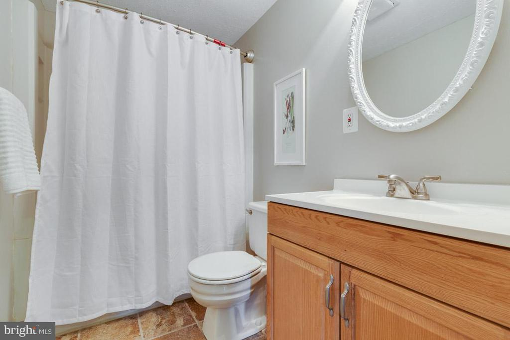 Updated upper hall bathroom - 9404 WROUGHT IRON CT, FAIRFAX