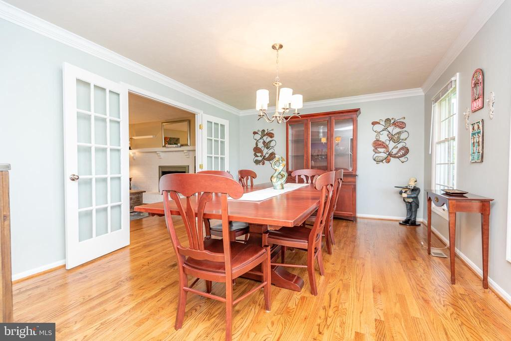 Large dining room w crown, french doors - 509 CINDY CT, STERLING