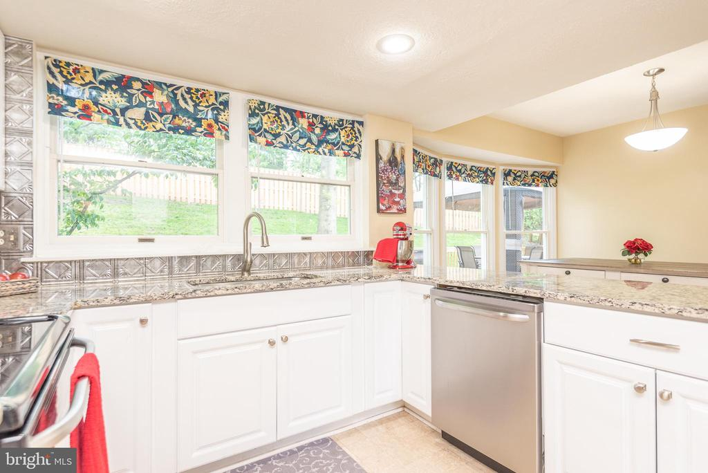 Sunlit kitchen open to eating area and family room - 509 CINDY CT, STERLING