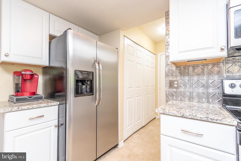 Kitchen hallway to garage - 509 CINDY CT, STERLING