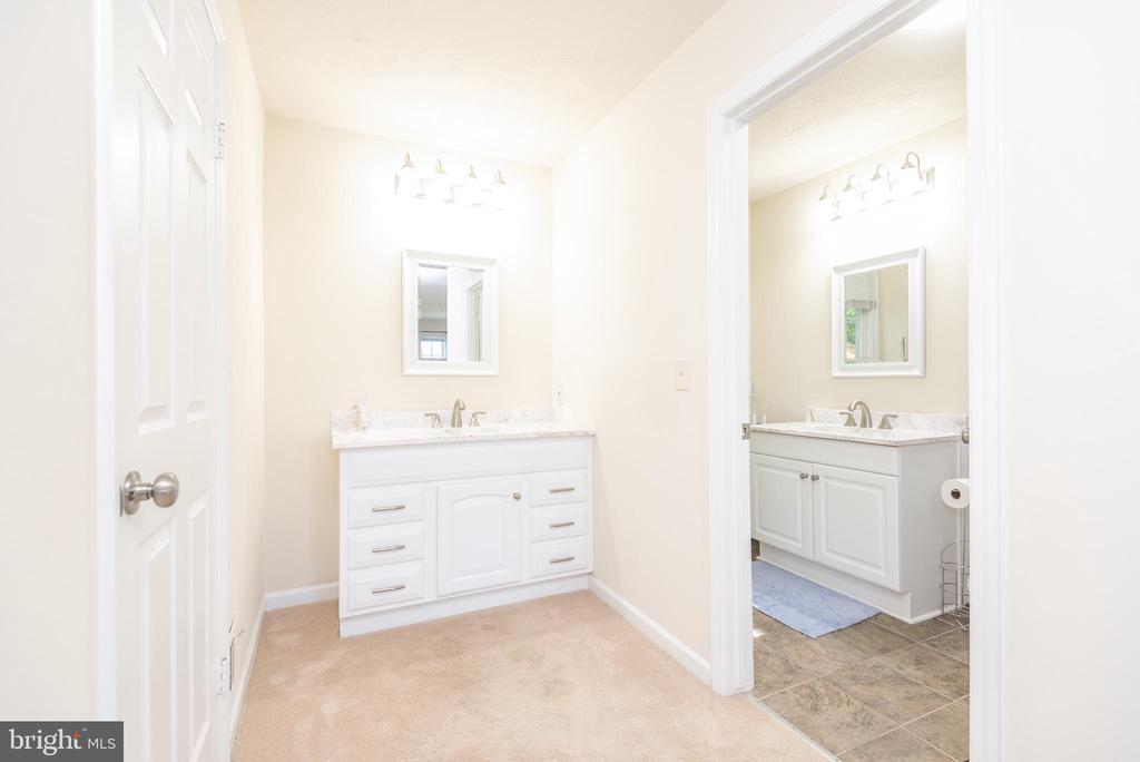 Master with ensuite bath and additional vanity - 509 CINDY CT, STERLING