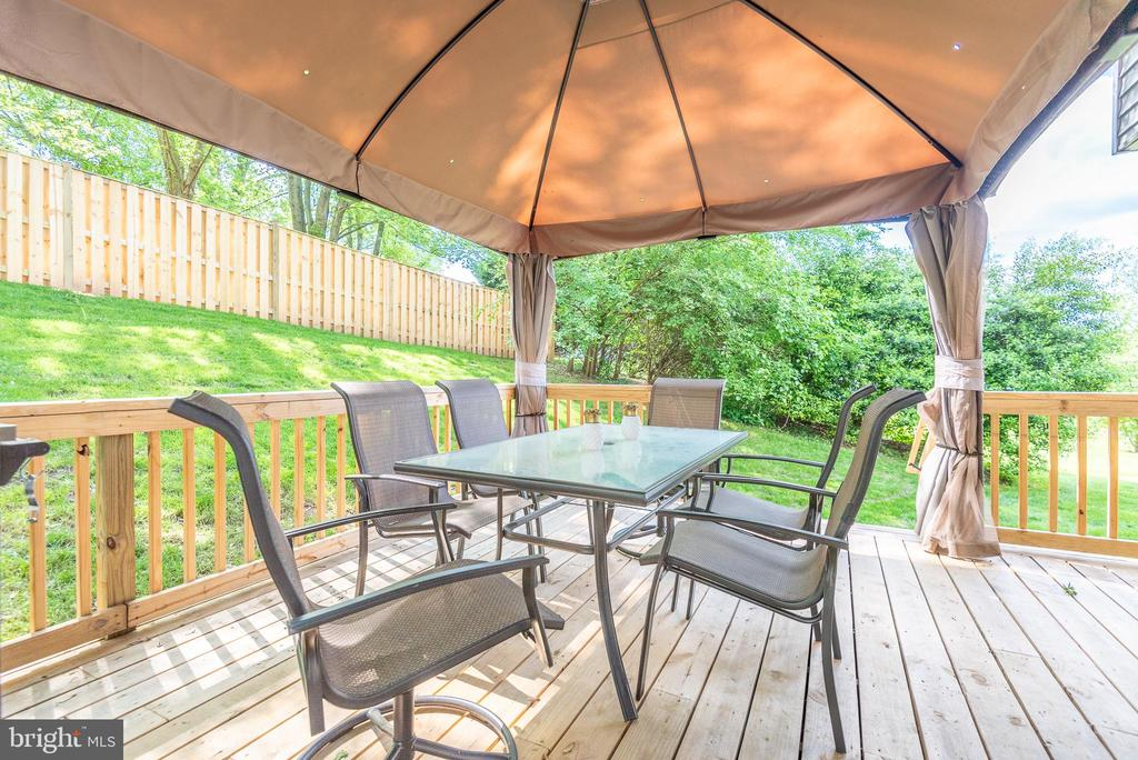 New deck with gazebo - 509 CINDY CT, STERLING