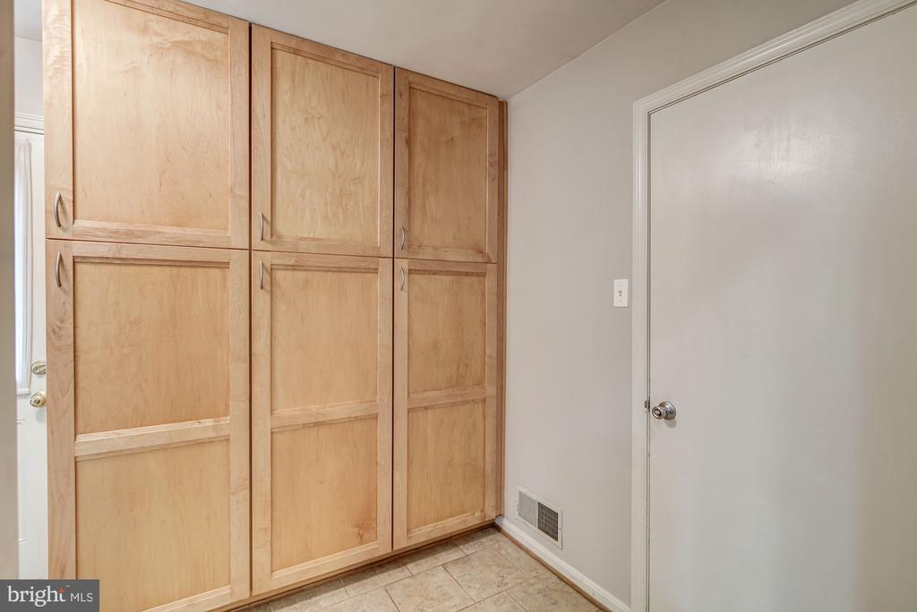 Kitchen Pantry Cabinet - 12040 SUGARLAND VALLEY DR, HERNDON