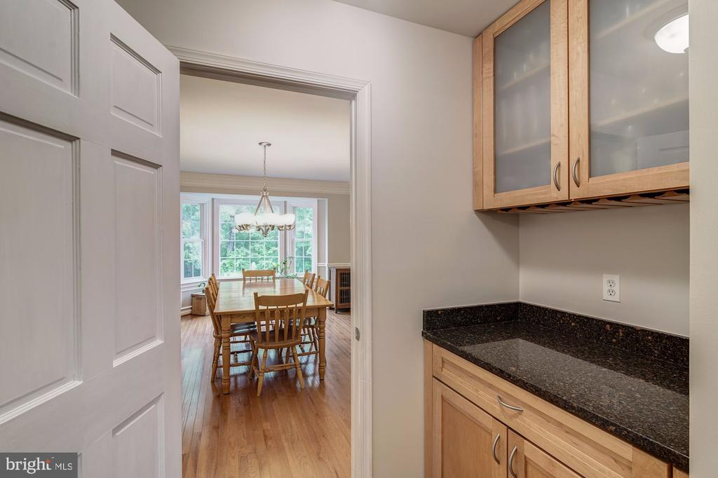 Butlers Pantry  connects Dining Room to Kitchen - 12040 SUGARLAND VALLEY DR, HERNDON