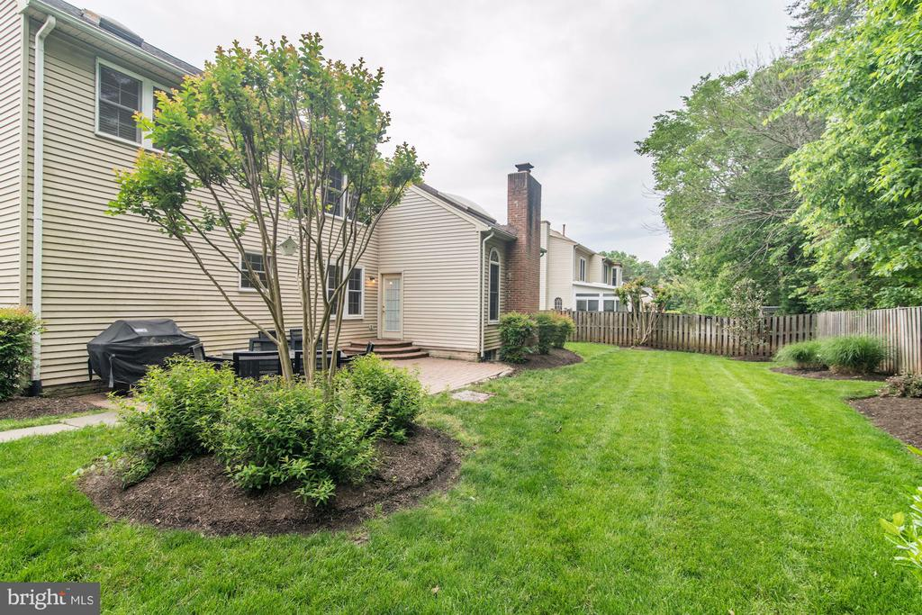 Professional Landscaping Front And Back Yards - 12040 SUGARLAND VALLEY DR, HERNDON
