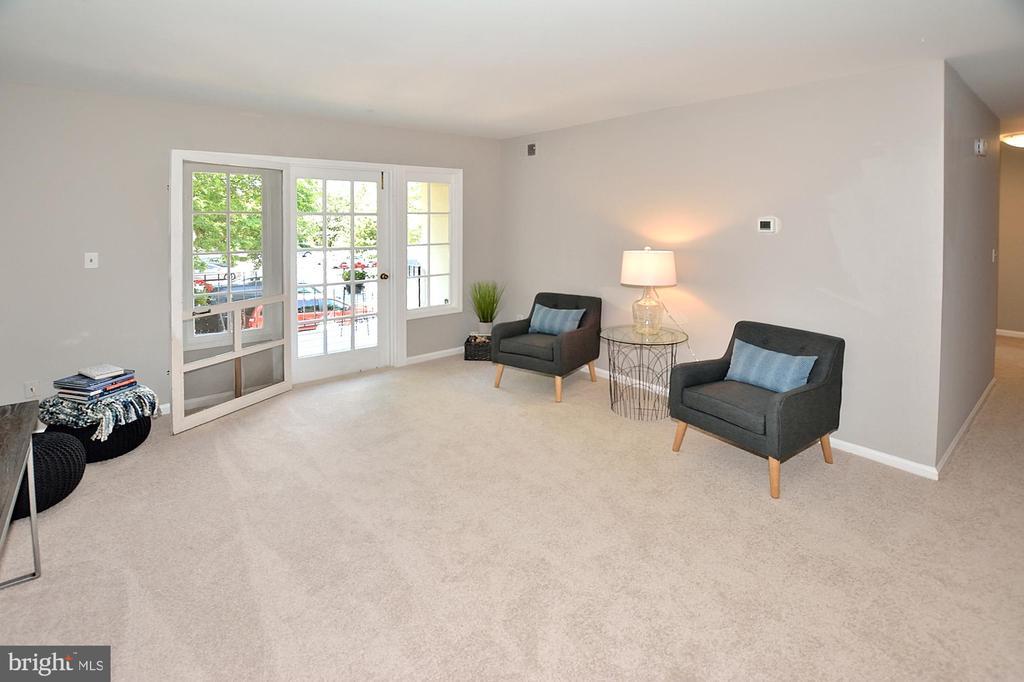 Spacious living area leading to a balcony - 8353-E DUNHAM CT #643, SPRINGFIELD