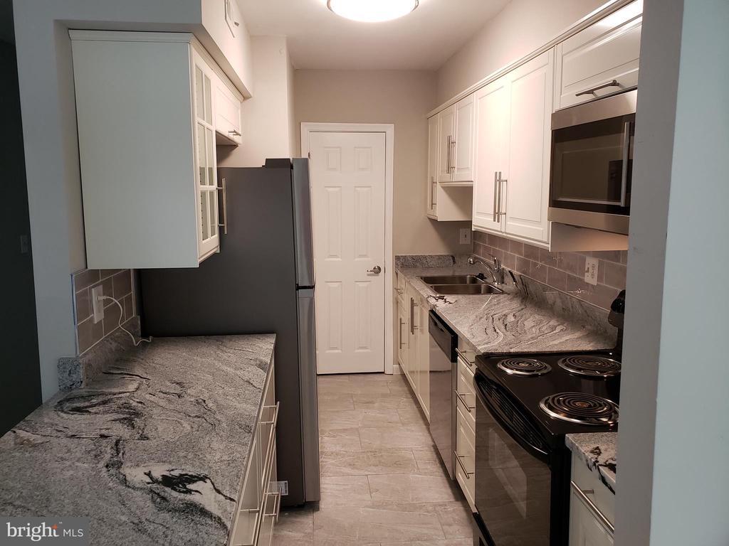The new kitchen has an oversized refrigerator - 8353-E DUNHAM CT #643, SPRINGFIELD