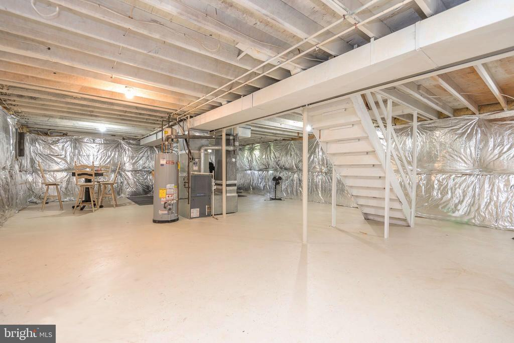 Spacious unfinished basement - 509 CINDY CT, STERLING