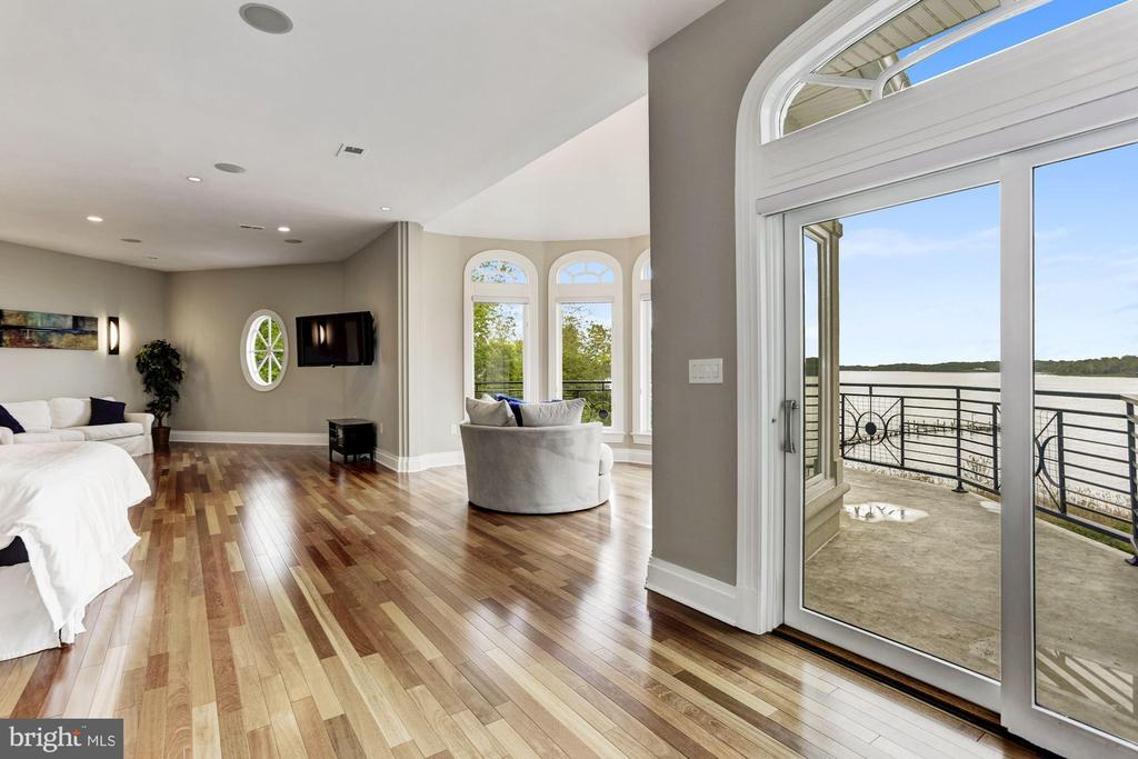 Expansive master bedroom suite w/ private balcony - 3 DEEPWATER CT, EDGEWATER