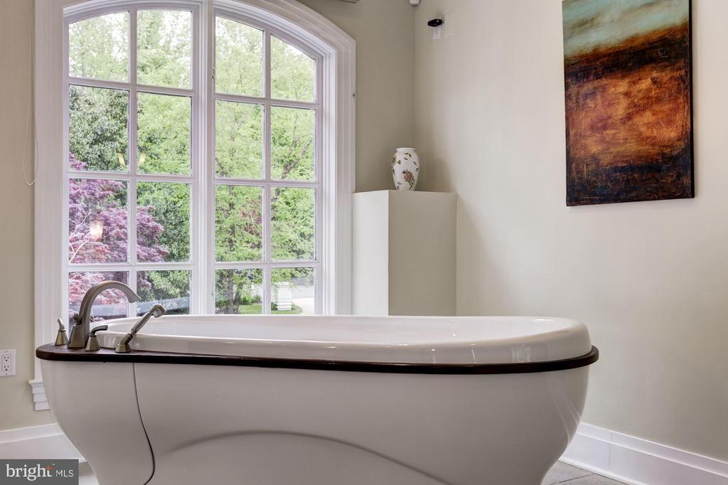 Soaking tub with views of manicured gardens - 3 DEEPWATER CT, EDGEWATER
