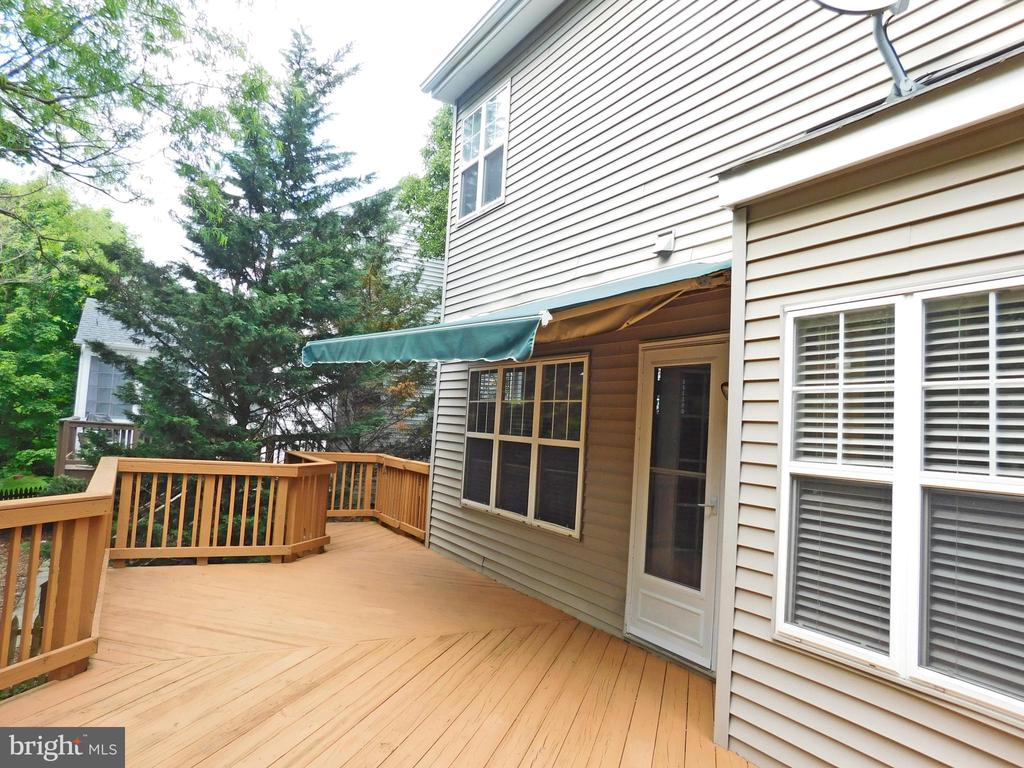 Inviting rear deck w/automated awning - 26013 RACHEL HILL DR, CHANTILLY