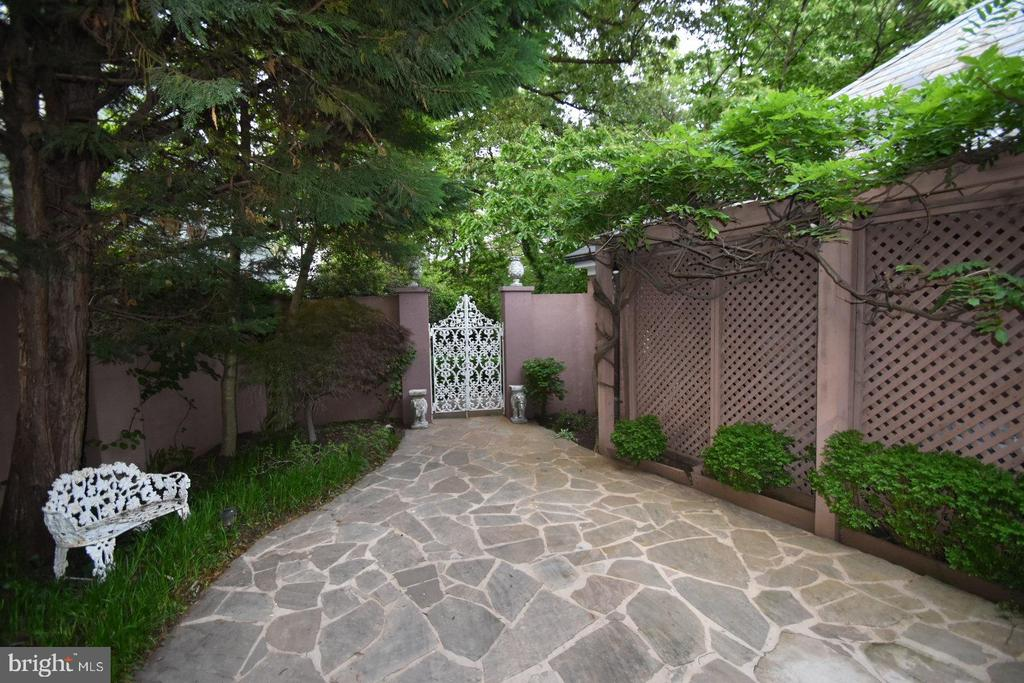 Beautiful walkway with professional landscaping - 1925 SUMMIT TER, ALEXANDRIA