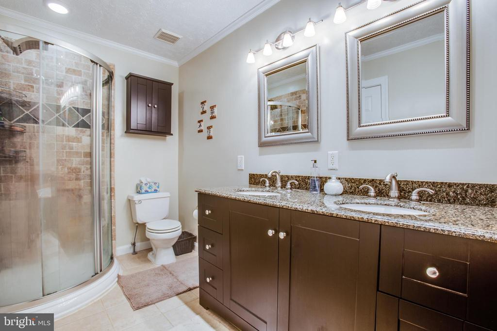 Separate shower and tub in the master bath - 400 WATERS COVE CT, STAFFORD
