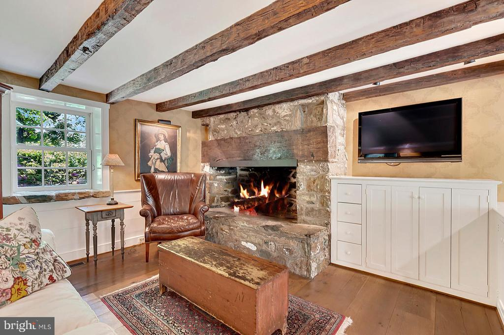 Family Room -beamed ceiling and large fireplace - 39455 DIGGES VALLEY RD, HAMILTON