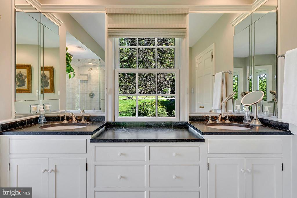 Double sinks and heated marble floors - 39455 DIGGES VALLEY RD, HAMILTON
