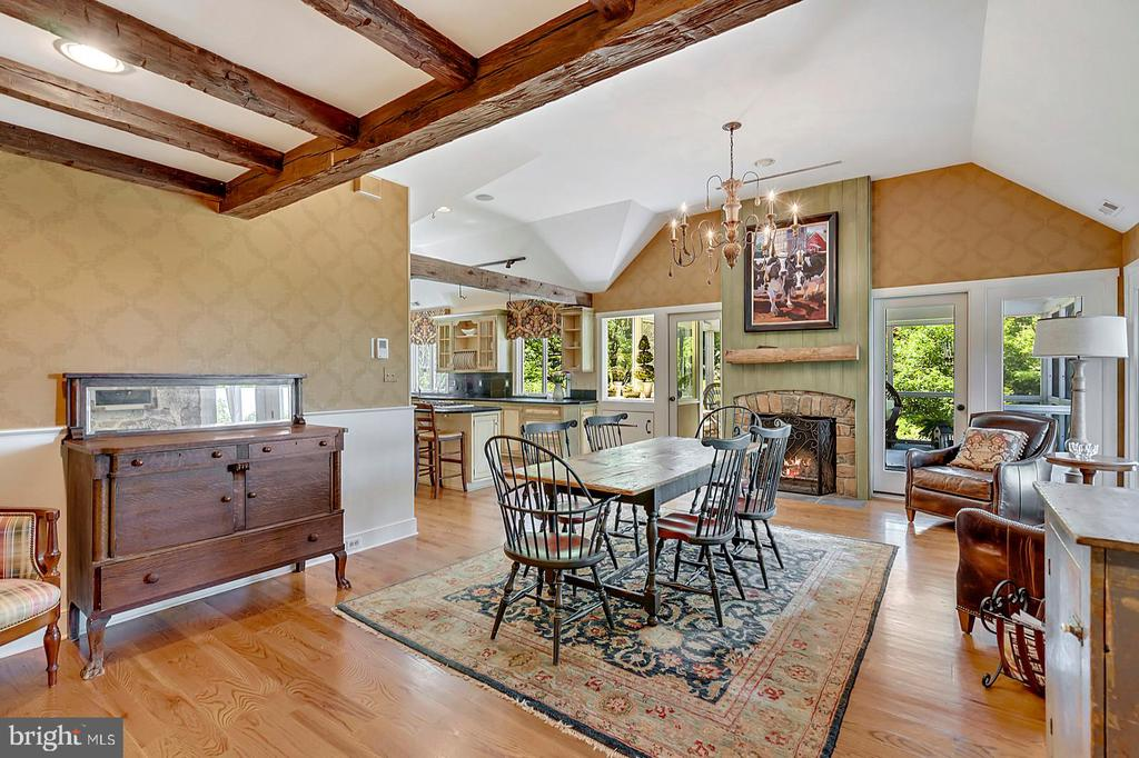 Dining room with fireplace - 39455 DIGGES VALLEY RD, HAMILTON
