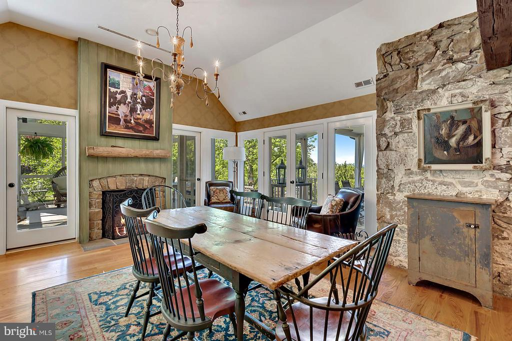 Dining room has exposed stone walls - 39455 DIGGES VALLEY RD, HAMILTON