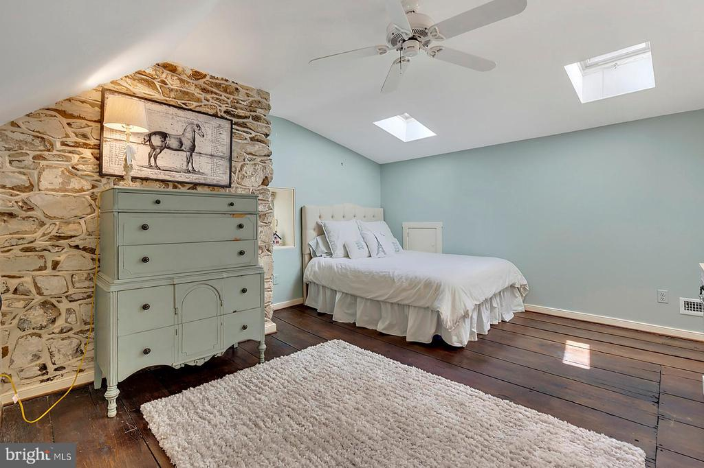 Guest Bedroom #1 with wide plank floors - 39455 DIGGES VALLEY RD, HAMILTON