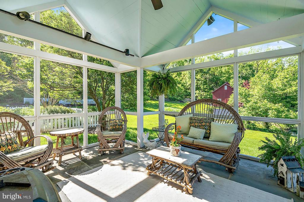 Screened Porch with flagstone floor - 39455 DIGGES VALLEY RD, HAMILTON