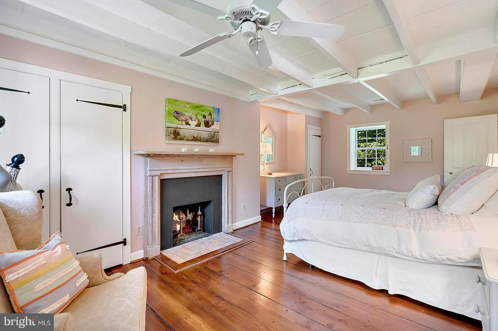 Bedroom #2 has Fireplace - 39455 DIGGES VALLEY RD, HAMILTON