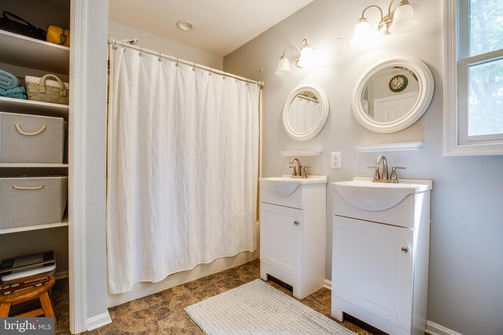 Upstairs Hall Bath - 6293 WATERFORD RD, RIXEYVILLE