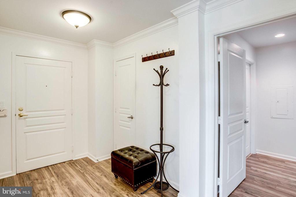 Elegance starts from the foyer - 5563 SEMINARY RD #412, FALLS CHURCH