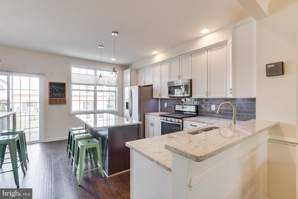 Gourmet Kitchen w/Breakfast Bar - 23143 FLORA MURE DR, ASHBURN