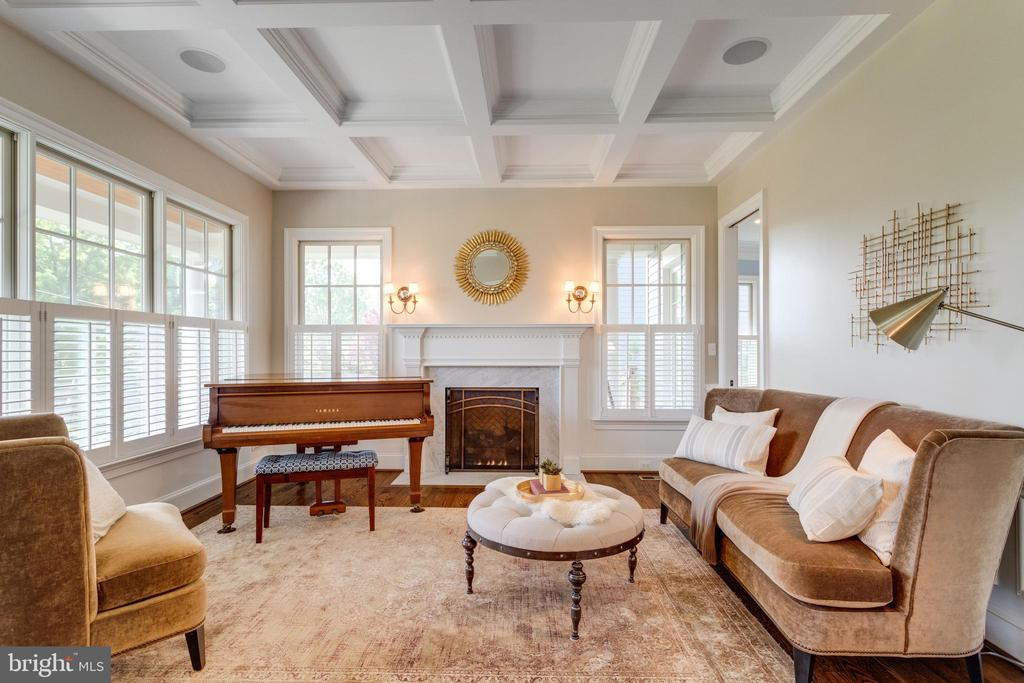 Living room w coffered ceilings & fireplace - 8704 STANDISH RD, ALEXANDRIA