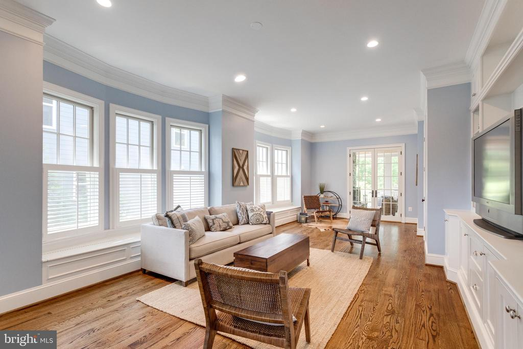 Play room or additional family room on main level - 8704 STANDISH RD, ALEXANDRIA