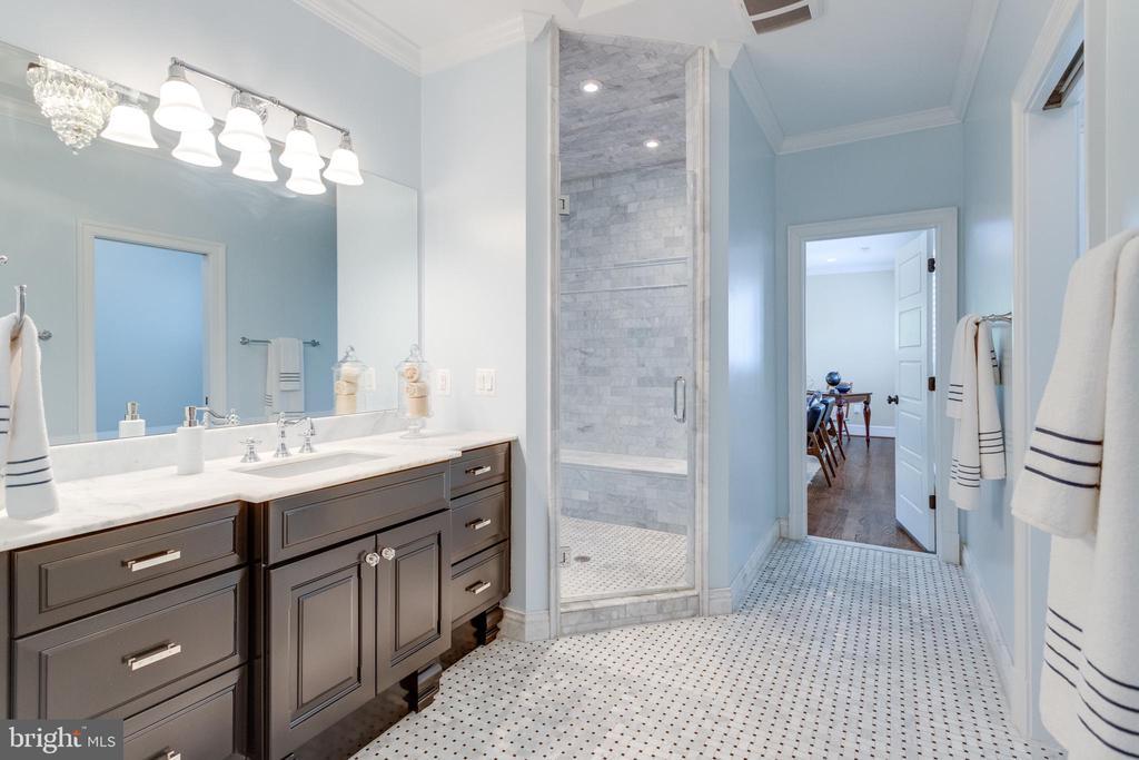 Master bath w/ tub and  shower - 8704 STANDISH RD, ALEXANDRIA