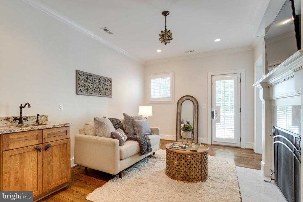 Entrance to master suite - 8704 STANDISH RD, ALEXANDRIA