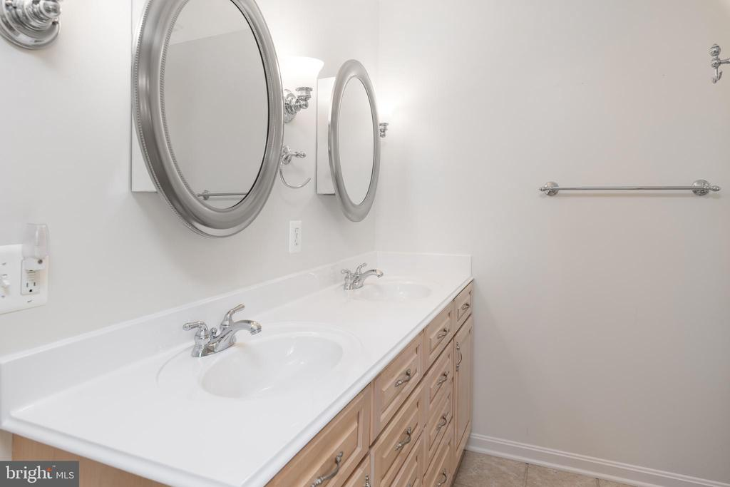 Double Sinks & Mirrored Cabinets - 11 LAWRENCE LN, FREDERICKSBURG