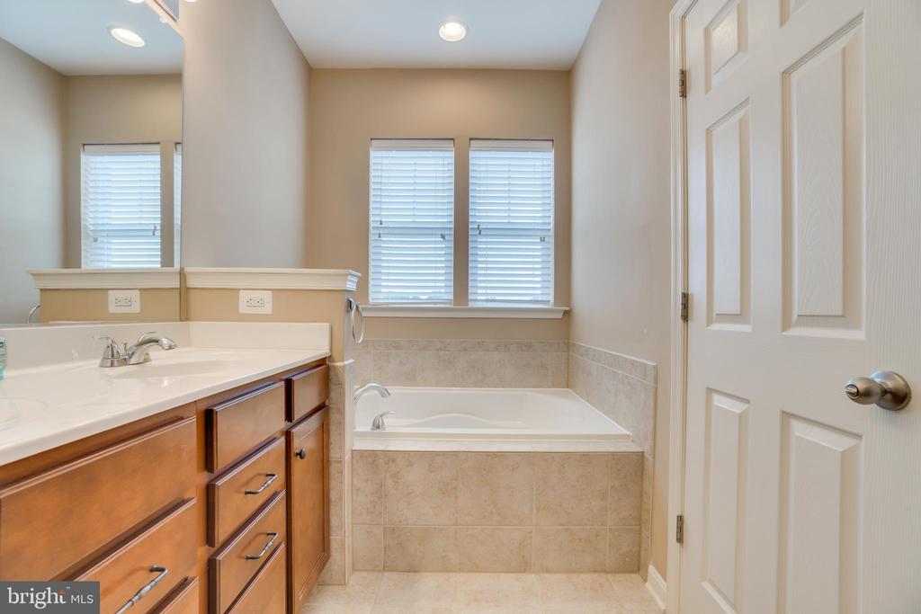 Master Bathroom - 204 APRICOT ST, STAFFORD