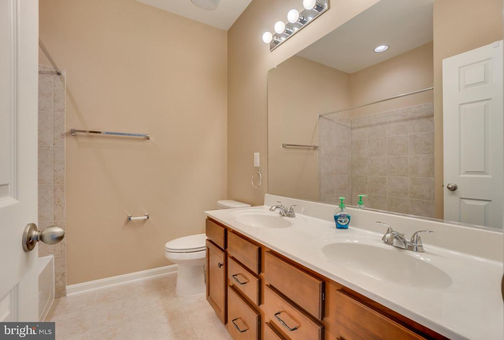 Double Vanity - 204 APRICOT ST, STAFFORD