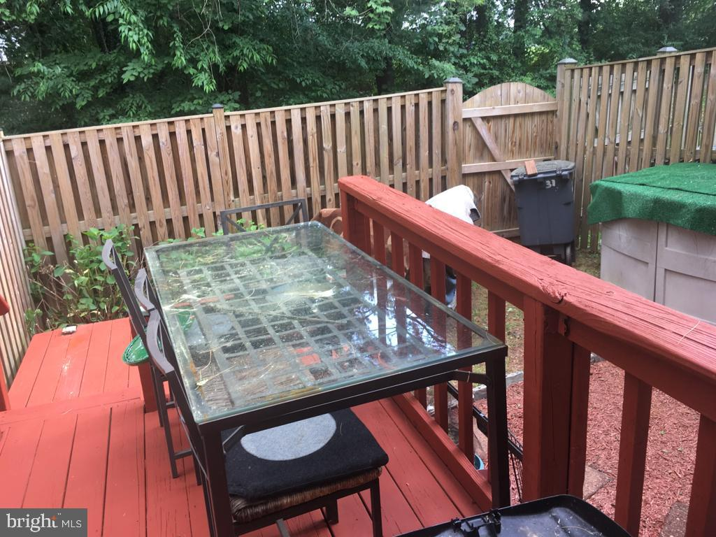 Private deck for BBQ cookout - 31 SUGARLAND SQUARE CT, STERLING
