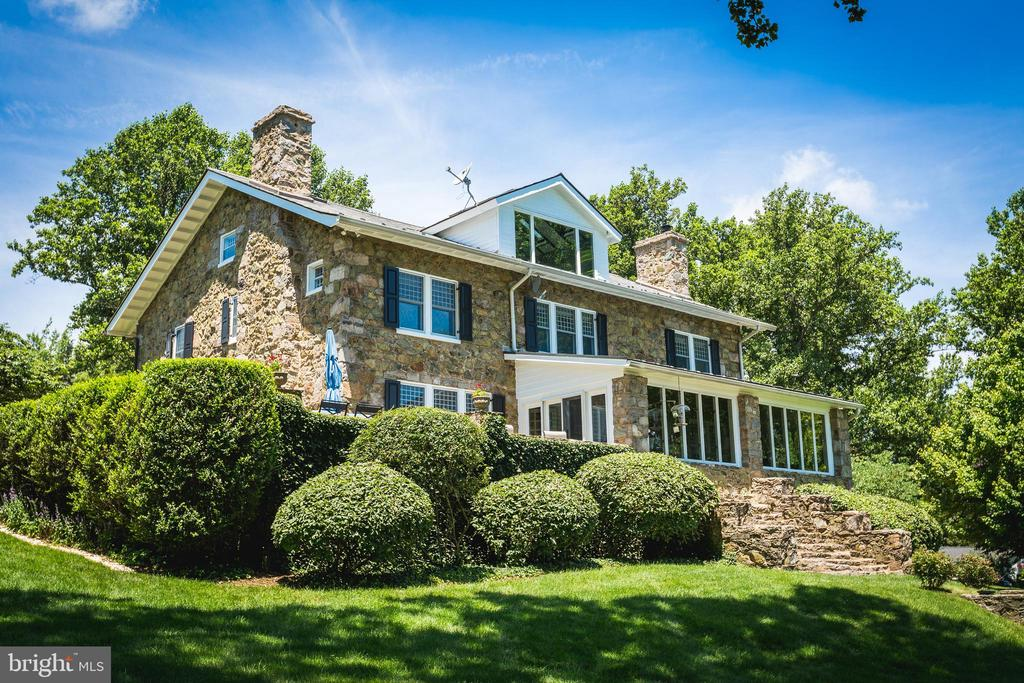 View of the back of the home. - 18490 BLUERIDGE MOUNTAIN RD, BLUEMONT