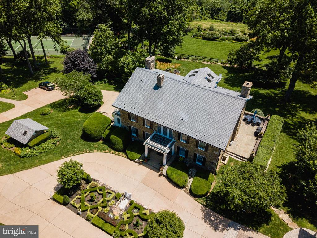 Great shot of the knot garden and oval drive - 18490 BLUERIDGE MOUNTAIN RD, BLUEMONT