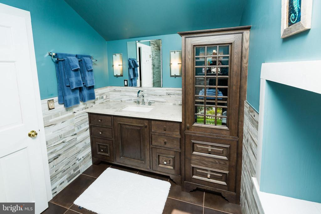 Modern 3rd-floor bathroom - 18490 BLUERIDGE MOUNTAIN RD, BLUEMONT